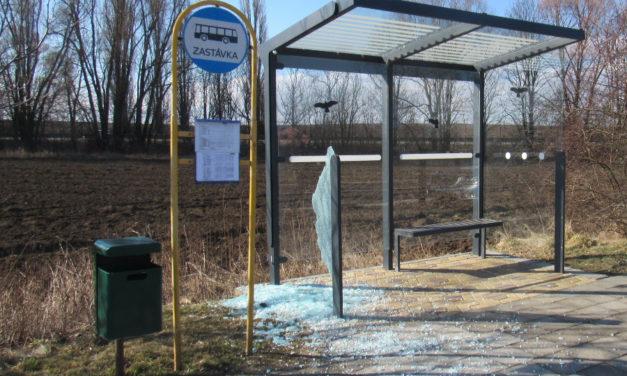 Vandal poškodil autobusovou zastávku