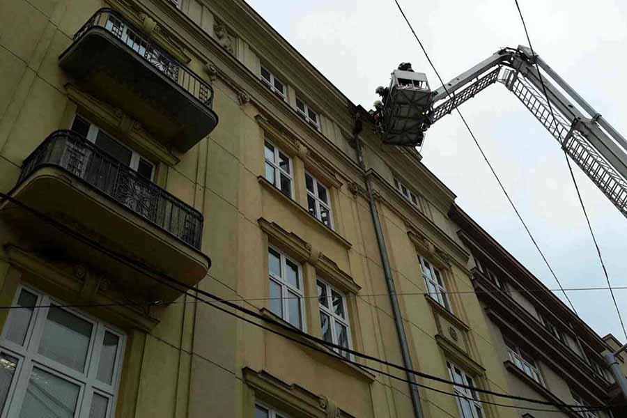 V centru Olomouce ráno spadla část fasády