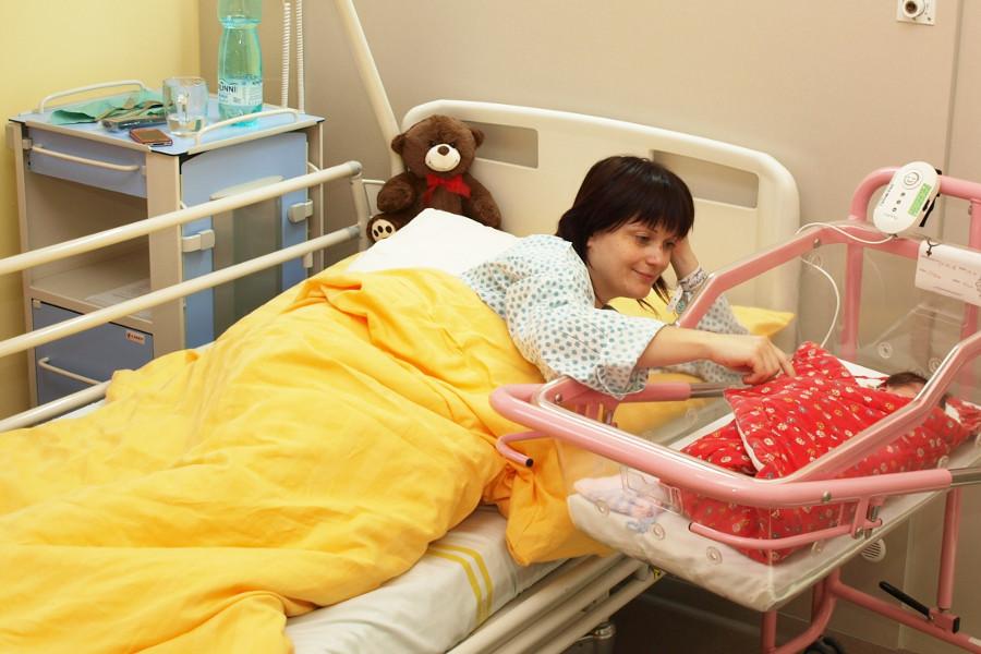 Maminkám po císařském řezu nemocnice nabízí pohybovou terapii