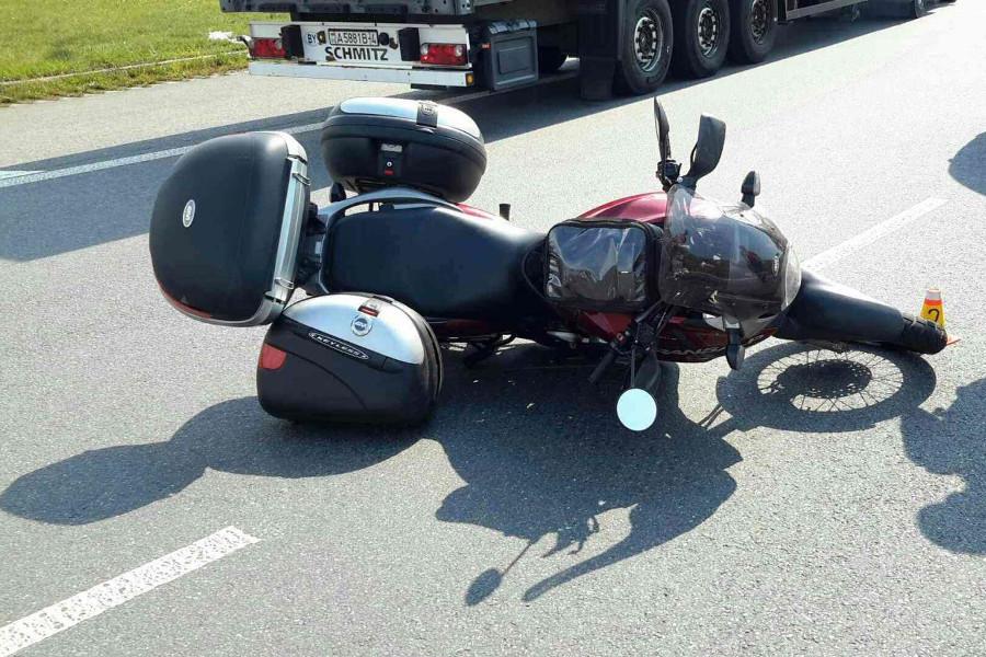 U Globusu ráno havaroval motorkář