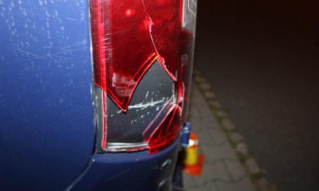 Opilá řidička nacouvala do auta a ujela