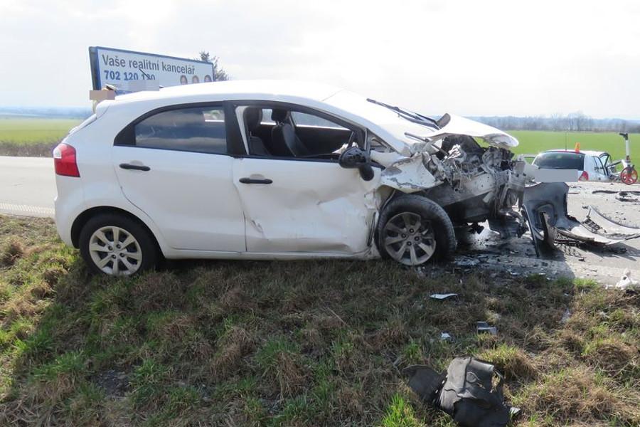 Mladá řidička přejela do protisměru a bourala
