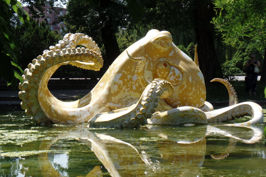 Jezírko v parku obsadila obří chobotnice