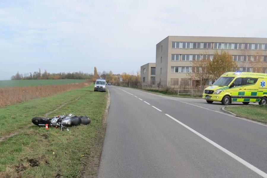 Auto vytlačilo motorku ze silnice