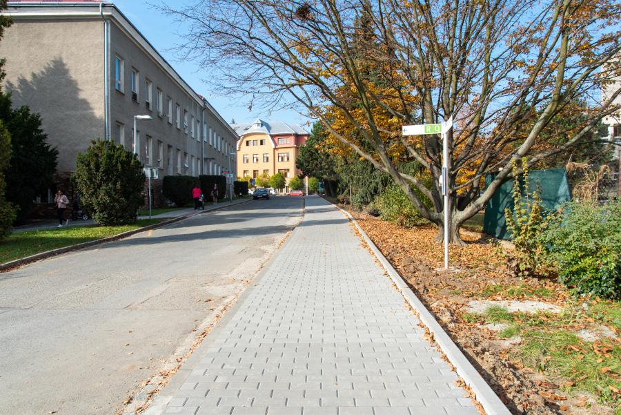 Pacientům a návštěvníkům nemocnice slouží nový chodník