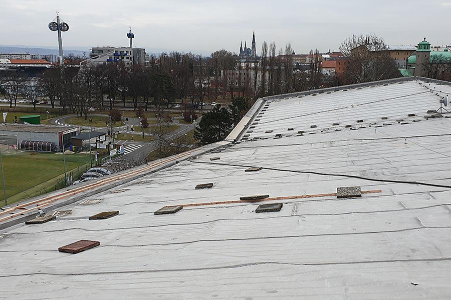 Olomoucký bazén je mimo provoz, vítr poškodil střechu